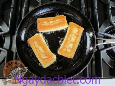 Áp chảo hoặc chiên bánh thêm một lần nữa cùng với dầu để làm tan chảy nhân phô mai nhé!