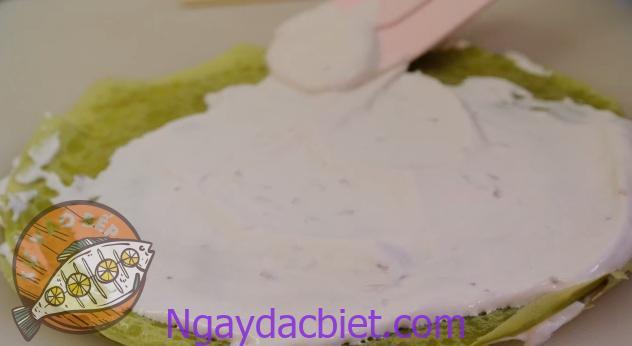 Bán kính phần kem bên trong nhỏ hơn phần vỏ từ 1.5 - 2 cm để kem không bị chảy ra ngoài khi chồng 'ngàn lớp' bánh còn lại