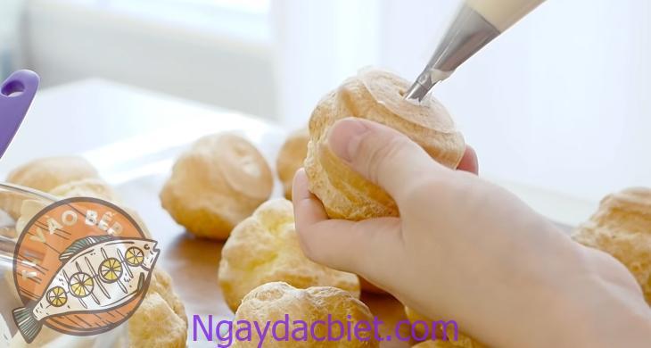 Bơm trực tiếp kem trứng vào từ đế hoặc phần thân vừa được cắt