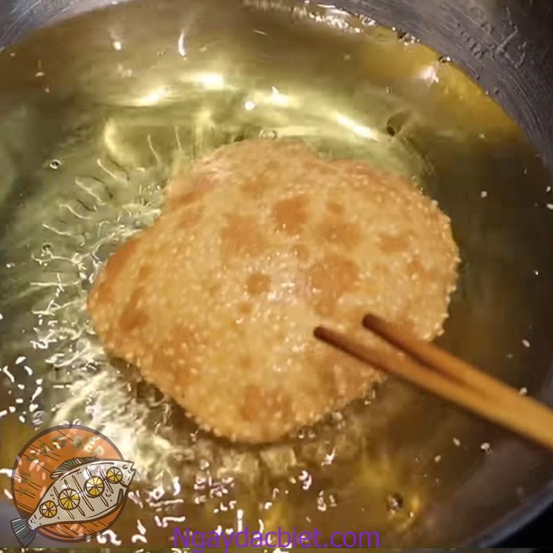 Cho bột vào chảo dầu và chiên vàng đều 2 mặt