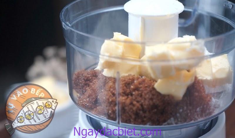 Cho bơ, đường, bột vào máy xay và trộn đều