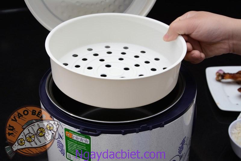 Cho nước vào bên dưới và làm chín sơ bánh với xưởng hấp