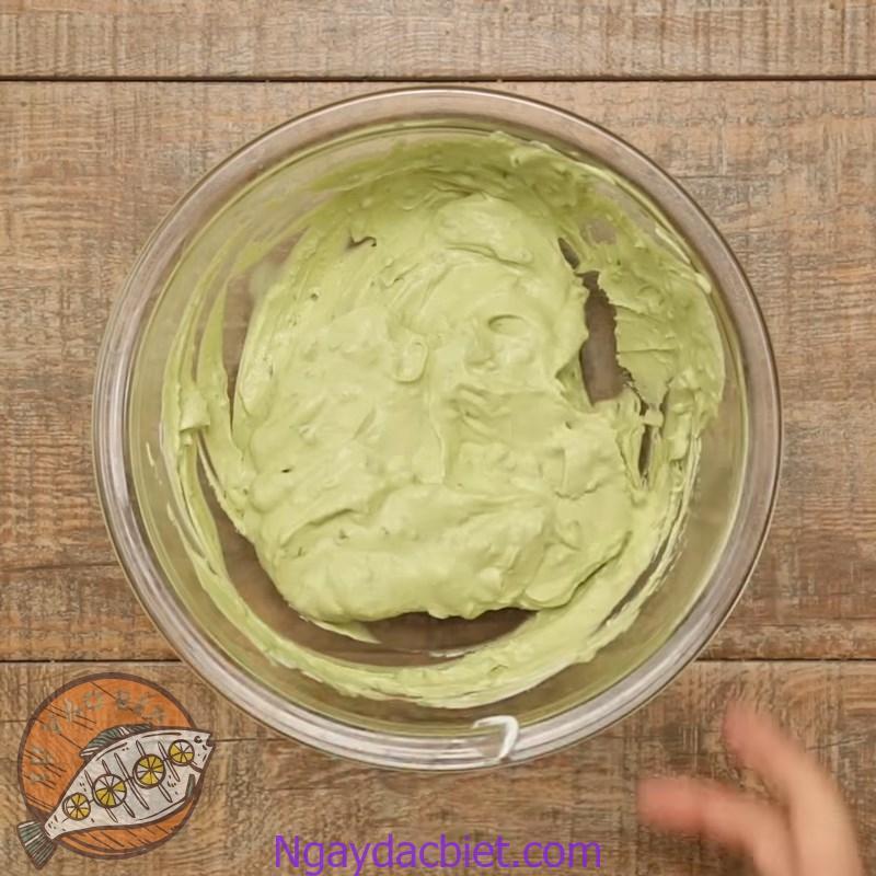 Cho từng phần whipping cream vào và trộn hỗn hợp theo một chiều