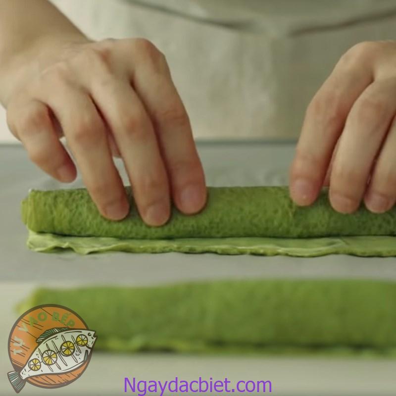 Cuốn vỏ và kem matcha thành từng 'thanh bánh' dài