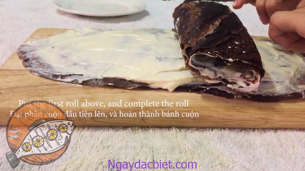Đặt 'gối' thứ nhất lên dải bánh thứ hai rồi tiếp tục cuộn