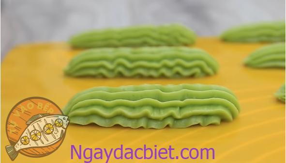 Nặn bánh thành dải dài hoặc xoắn ốc tùy thích
