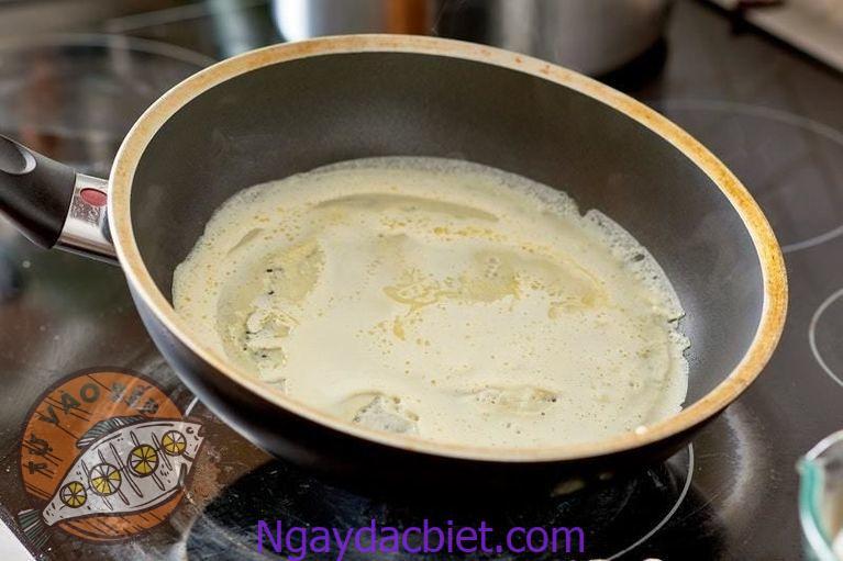Nghiên tròn chảo để bột bánh chảy đều