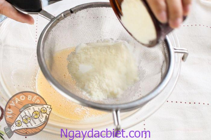 Rây hỗn hợp bột qua rây nhiều lần để bánh được mịn và không bị vón cục