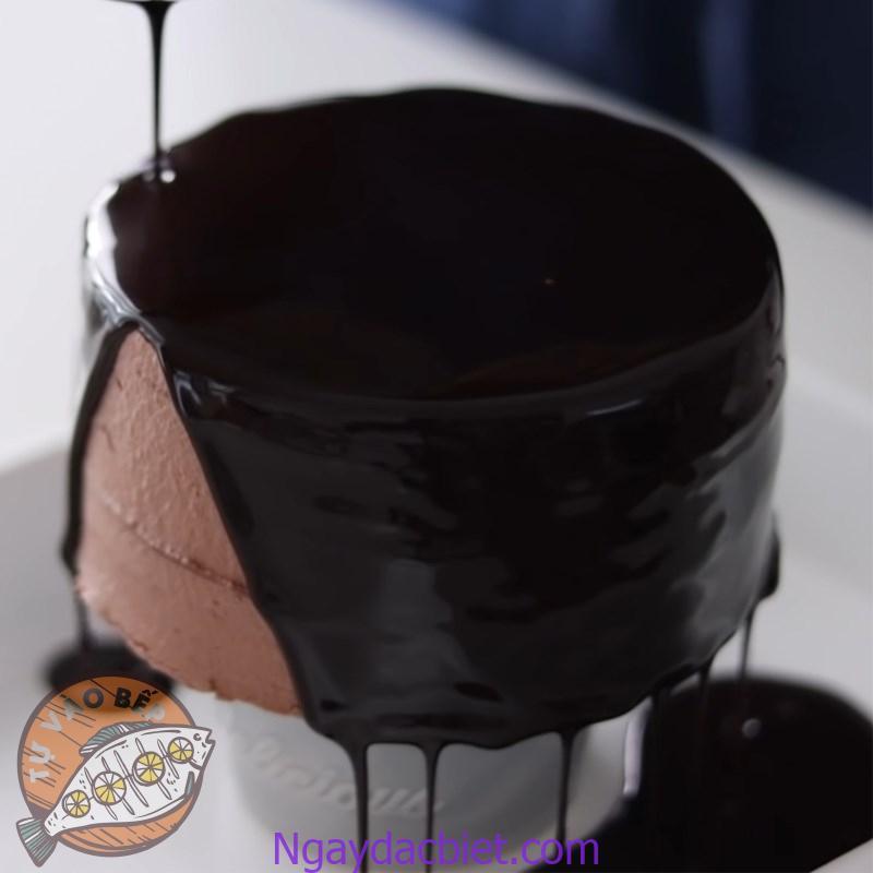 Rưới 'sốt' cacao lên bánh và cho vào tủ lạnh