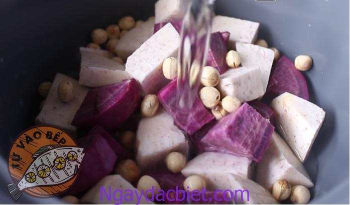 Thêm hạt sen và nước vào ngập mặt khoai cách đáy 3 - 4 cm