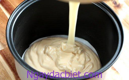 Cho hỗn hợp bánh vào nồi cơm điện