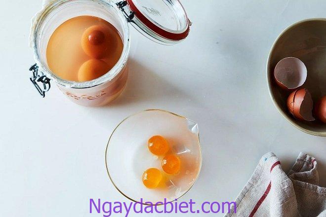Cho trứng muối vào bát đựng rượu để khử mùi tanh