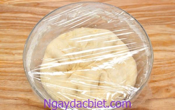 Phần vỏ bánh phải được ủ và đậy kín tránh để bột bị khô